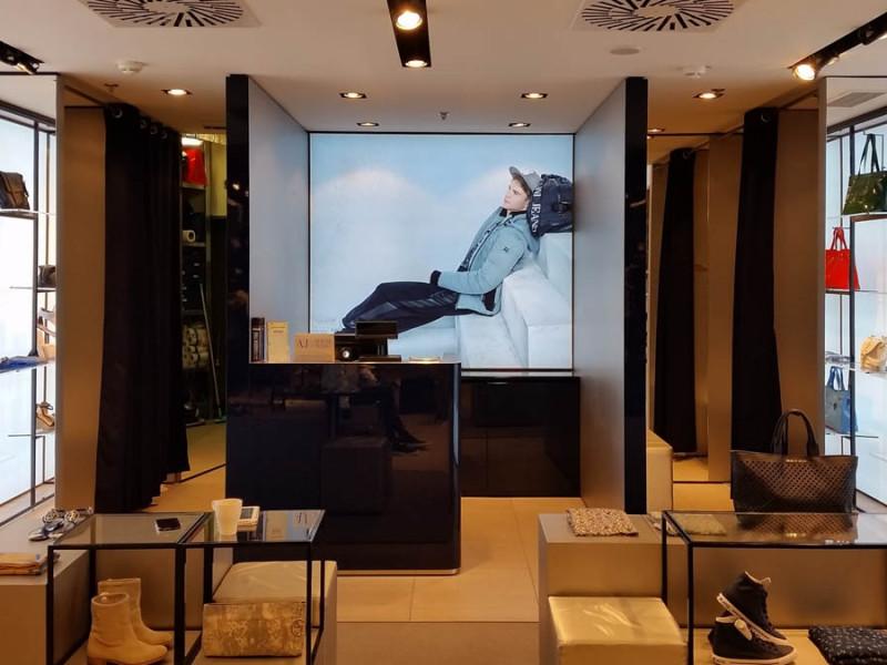 Světelné reklamní panely a nová sezónní kolekce pro Armani Jeans