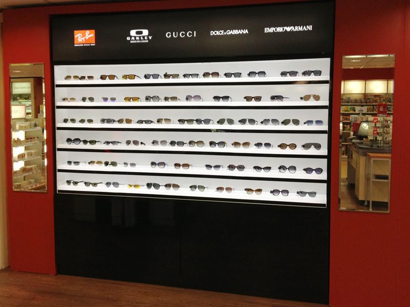 Světelný panel s logy na POS stojanu na brýle